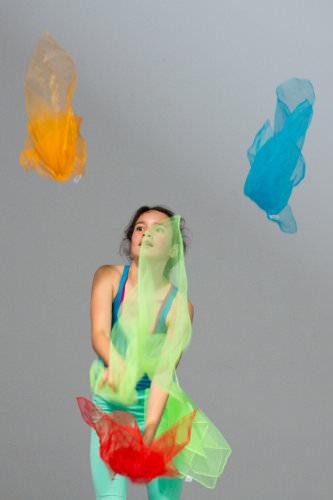 bambina gioca con i veli